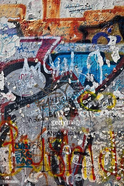 close up of graffiti on berlin wall - berliner mauer stock-fotos und bilder