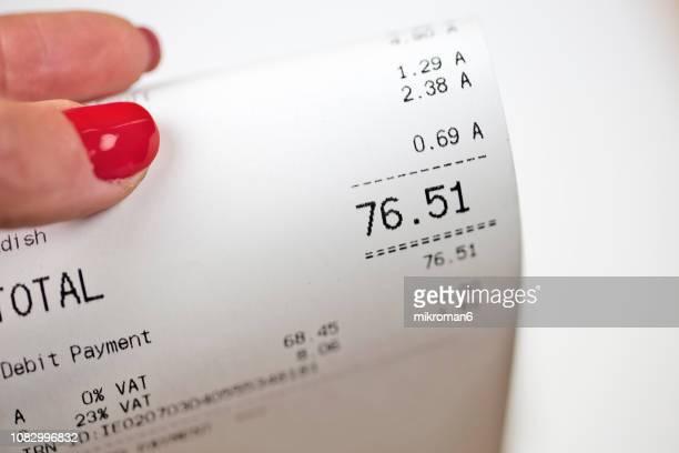 close up of grocery receipt - preisschild stock-fotos und bilder