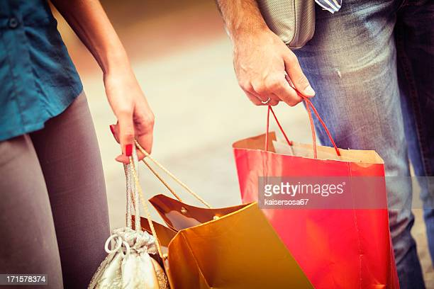 Gros plan de main avec des sacs