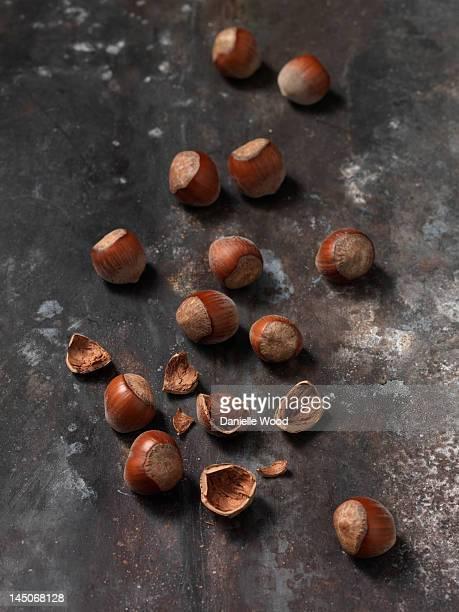 Nahaufnahme von Haselnüssen auf hölzernen Bord