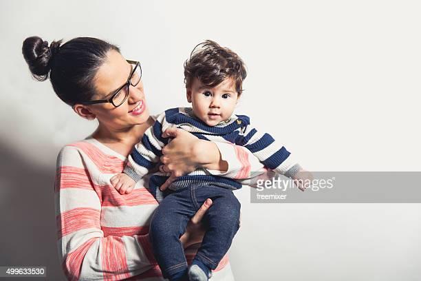 Gros plan de femme tenant bébé hispanique