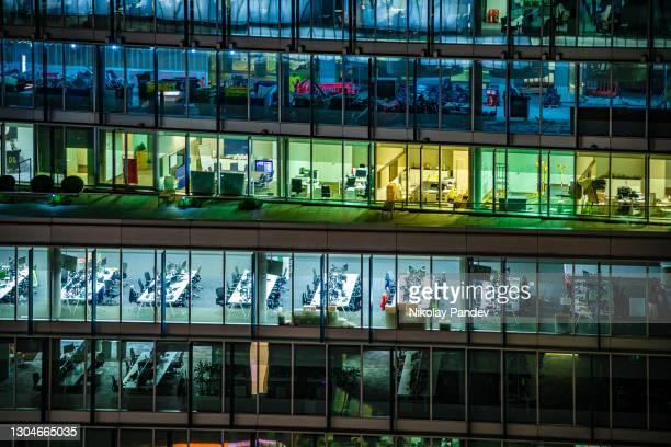 ロンドンシティ、英国の夜間に照らされた近代的なオフィスビルのクローズアップ - 創造的なストック写真 - 漂白した ストックフォトと画像