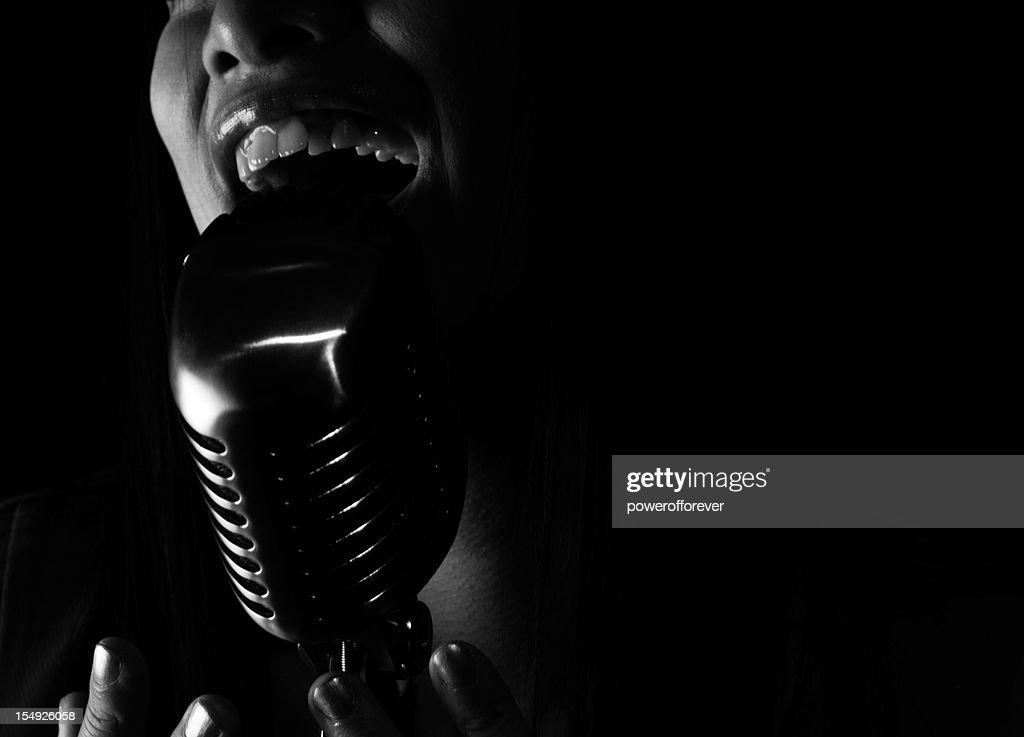Close-up da Cantora de jazz cantando em um microfone : Foto de stock