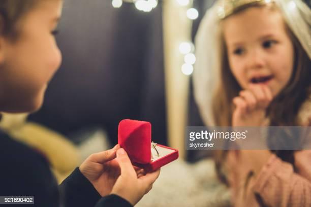 Cerca del niño, propone a su novia.
