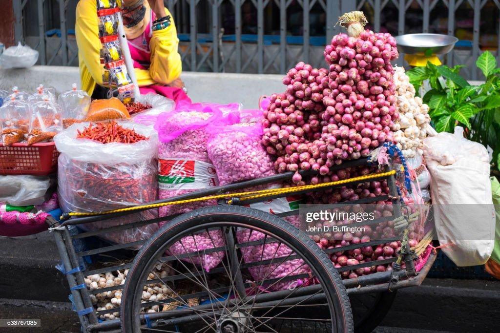 Close up of loaded street vendor cart at city curb : Foto stock