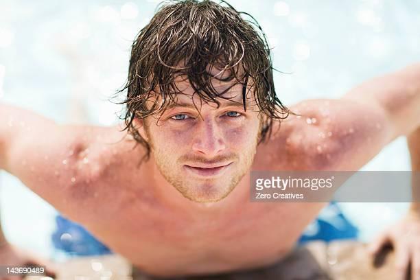 Gros plan d'un homme escalade de la piscine