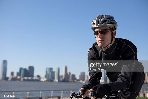 ている男性のクローズアップ橋の上で自転車 - ロードバイク ストックフォトと画像
