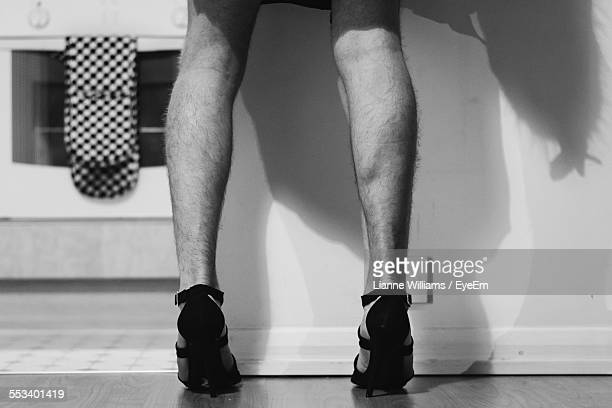 close up of man wearing high heels - talons hauts photos et images de collection