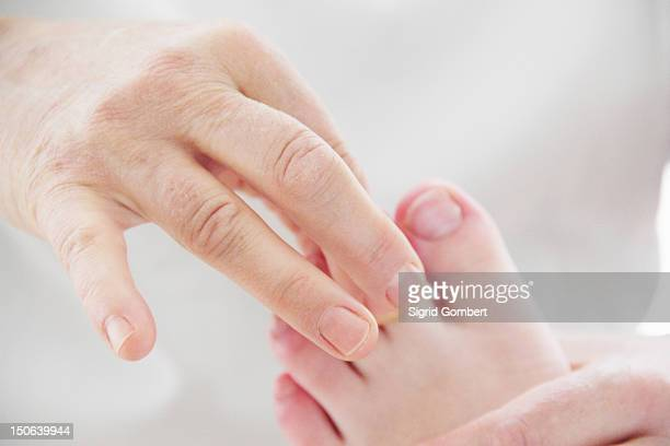 close up of masseuse working on feet - sigrid gombert stock-fotos und bilder