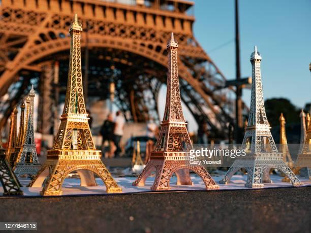 close up of mini eiffel tower replicas, paris - haut lieu touristique international photos et images de collection