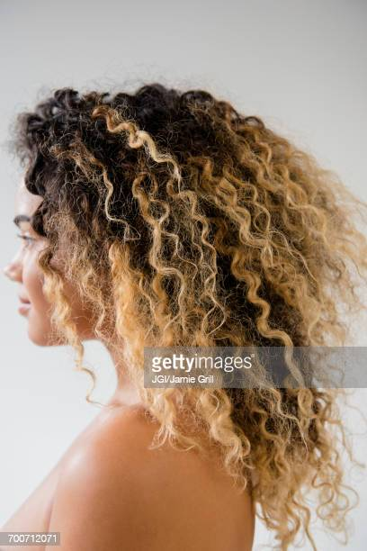 close up of mixed race woman with bare shoulders - beautiful bare women photos et images de collection