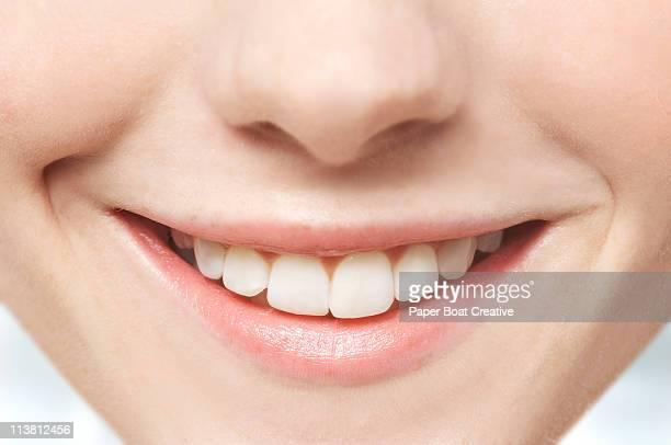close up of mouth and white teeth - sorriso aperto foto e immagini stock