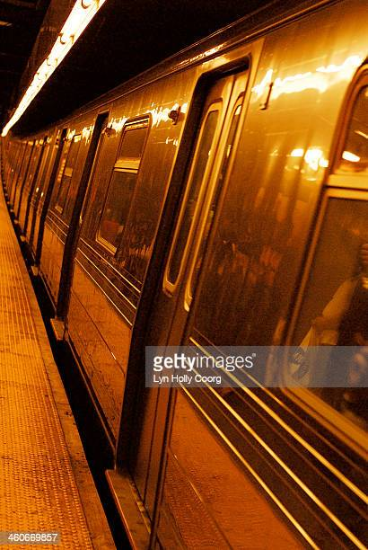 close up of new york subway train - lyn holly coorg photos et images de collection