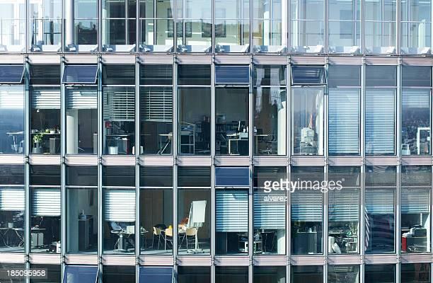 nahaufnahme von büros - fensterfront stock-fotos und bilder
