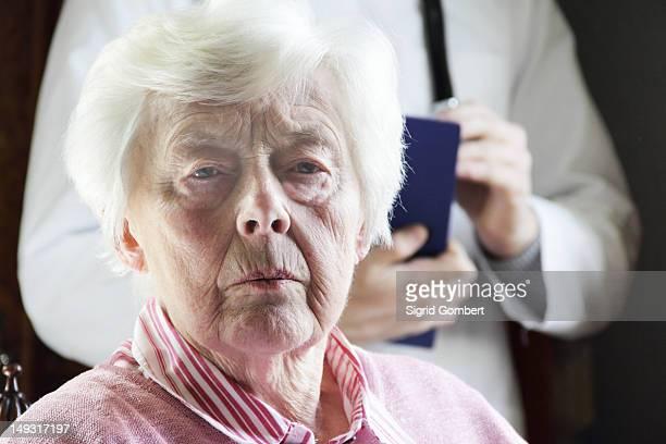 primer plano de cara de más womans fruncir el ceño - sigrid gombert fotografías e imágenes de stock