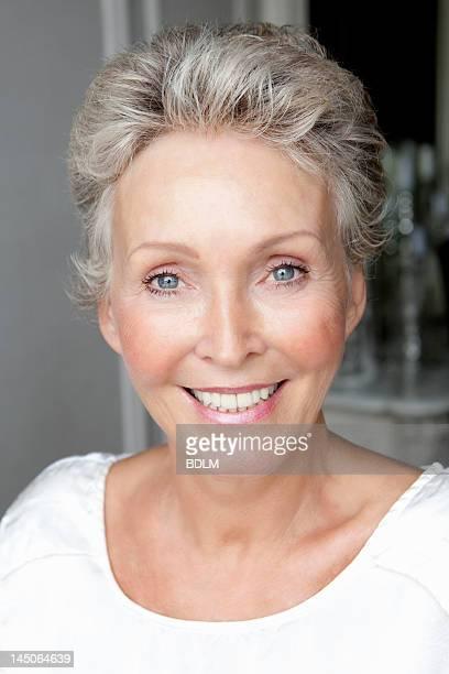 Primer plano de cara sonriente womans mayores