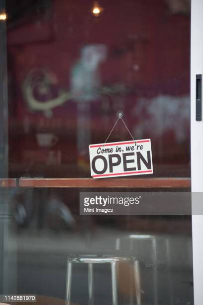 close up of open sign on cafe door - café edificio de hostelería fotografías e imágenes de stock