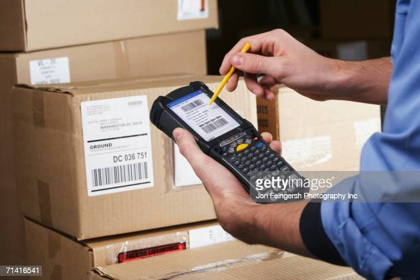 close up of package scanner - elektronische organiser stockfoto's en -beelden