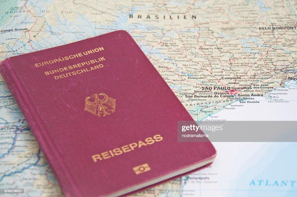 Primo piano del passaporto e mappa del Brasile. : Foto stock