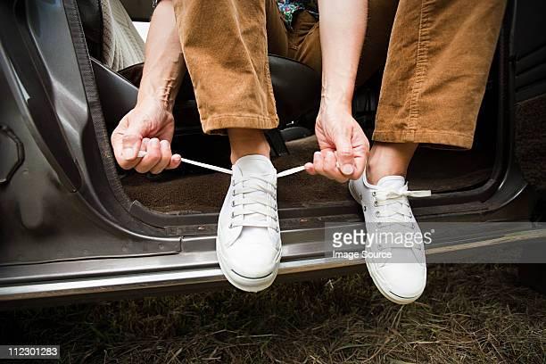 Gros plan de personne à apprendre leurs lacets