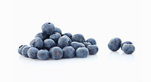 close up of pile of blueberries - 藍莓 個照片及圖片檔