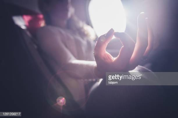 飛行機の中でヨガを練習するクローズアップ。 - 乗り物に乗って ストックフォトと画像