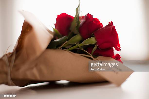 Close up of red roses con tarjeta de regalo