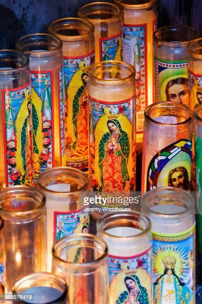 close up of religious prayer candles - santa - fotografias e filmes do acervo
