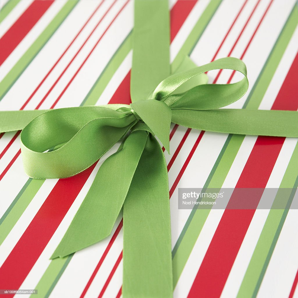 Close up of ribbon tied on present : Stockfoto