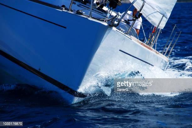 nahaufnahme eines segelboot, segelboot oder yacht auf hoher see - schiffsbug stock-fotos und bilder