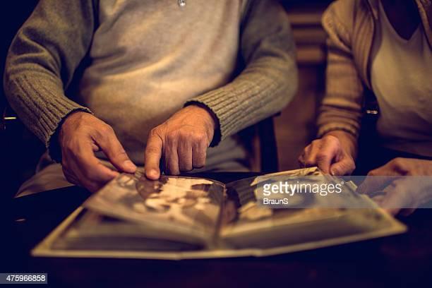 close-up de senior pessoas se lembrar suas fotos antigas. - memórias - fotografias e filmes do acervo