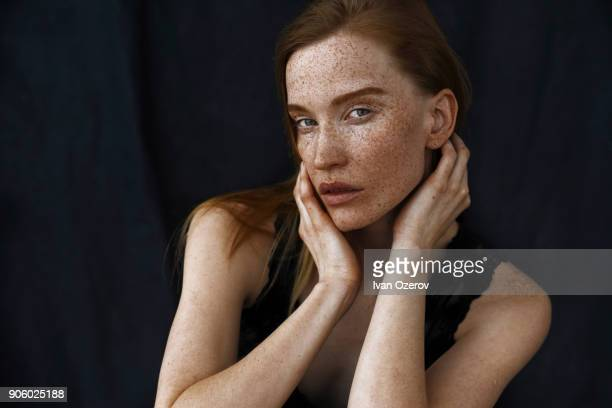 close up of serious caucasian woman with freckles - sarda - fotografias e filmes do acervo
