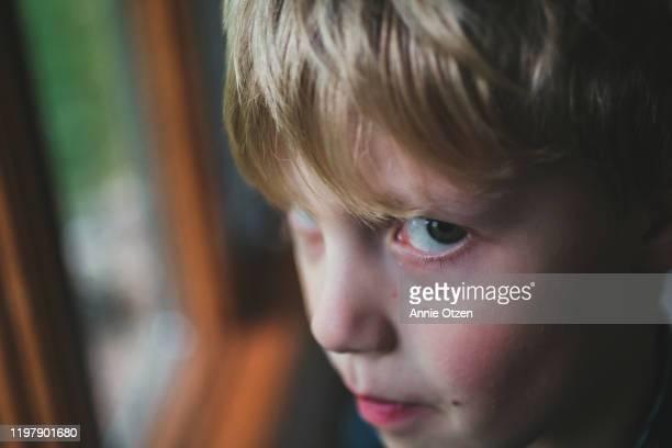 close up of side eye boy - nah stock-fotos und bilder