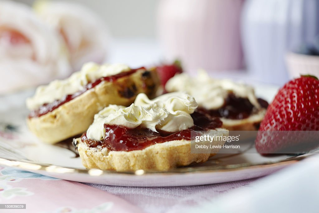 Close up of sliced scone with jam : Foto de stock