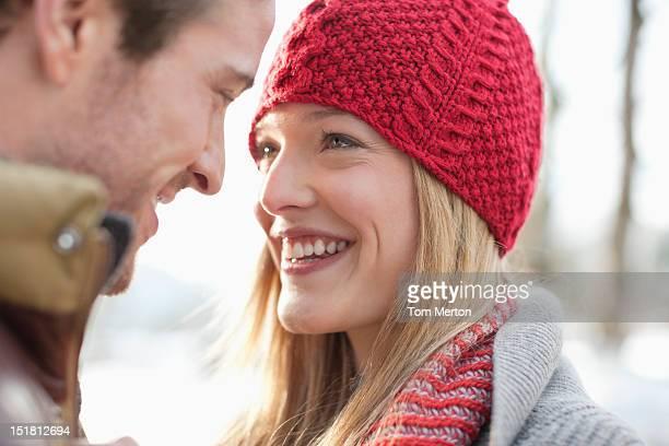 Nahaufnahme von lächelnden Paares Angesicht zu Angesicht