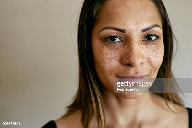 close up of smiling mixed race woman - sarda - fotografias e filmes do acervo