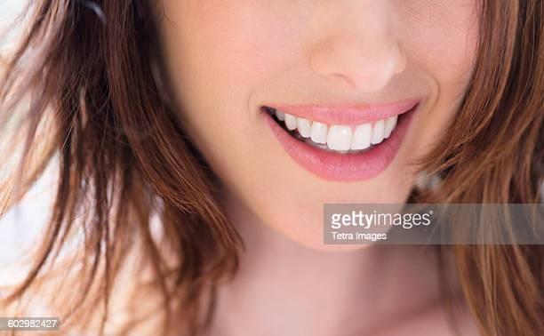 close up of smiling woman - offenes lächeln stock-fotos und bilder