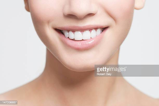 close up of smiling woman's mouth - stralende lach stockfoto's en -beelden