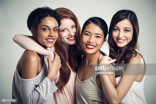 close up of smiling women hugging - quatro pessoas - fotografias e filmes do acervo