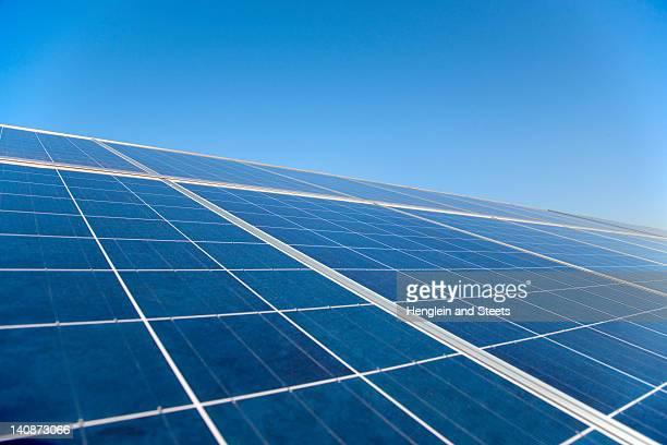primer plano de los paneles solares - panel solar fotografías e imágenes de stock