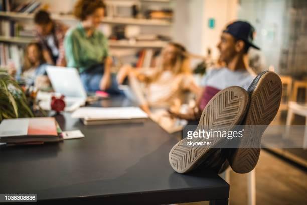 テーブルの上は男の靴の底のクローズ アップ。 - 靴底 ストックフォトと画像