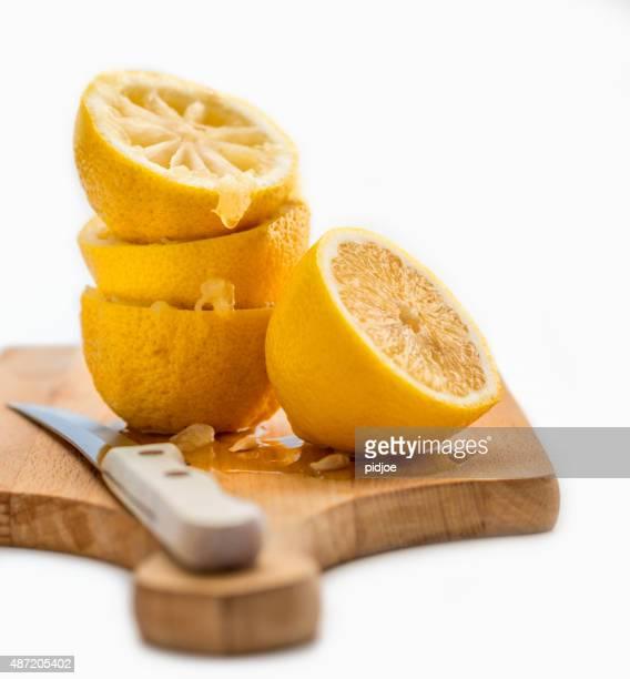 Nahaufnahme von gepresste Zitronen auf Holz Schneidebrett