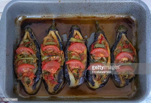 close up of stuffed eggplants in a pan cooked in the oven. - emreturanphoto stockfoto's en -beelden