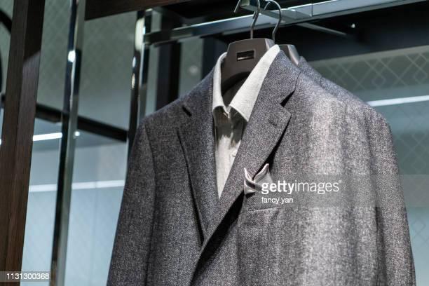 close up of suit in a retail display - anzugjacke stock-fotos und bilder