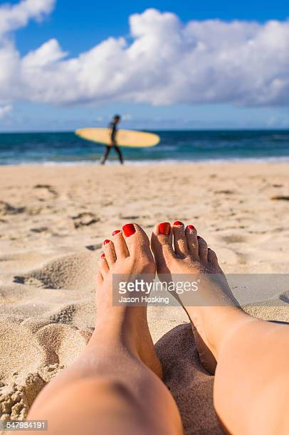 close up of tanned female feet at the beach - red nail polish stock pictures, royalty-free photos & images