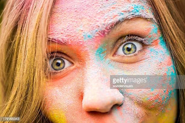 Nahaufnahme des Mädchens mit Holi Festival