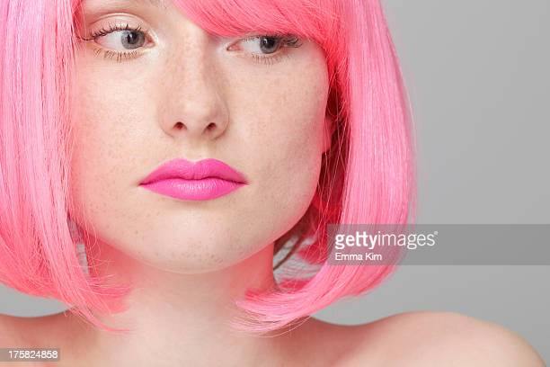 close up of teenage girl with pink hair - corte de pelo por encima de los hombros fotografías e imágenes de stock