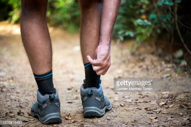 close up of the legs of a hiker walking through the woods. - cena de tranquilidade imagens e fotografias de stock