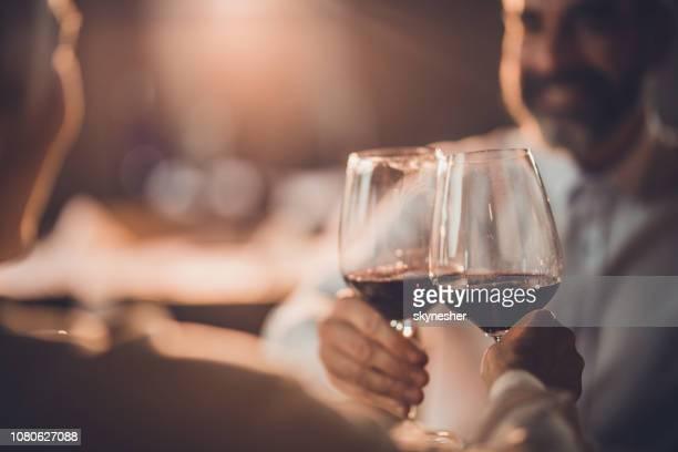 close up van roosteren met wijn in een restaurant! - wijnglas stockfoto's en -beelden