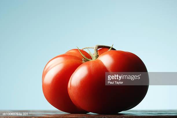 close up of tomato, studio shot - 熟した ストックフォトと画像